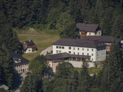 hotelansicht-jufa-hotel-altaussee-vogelperspektive-sommer-940x705