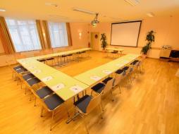 seminarraum-u-form-jufa-hotel-altaussee-beamerwand-940x705